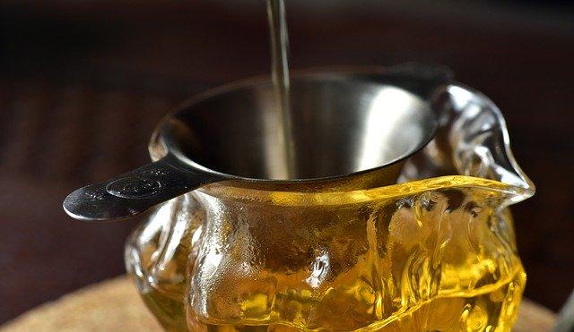 filtration du vinaigre de cidre d'un vinaigrier en bois